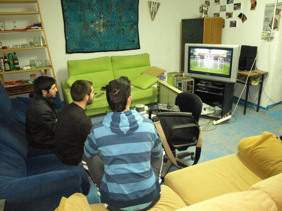 Víctor, Luis y Daniel comparten local con una decena de amigos