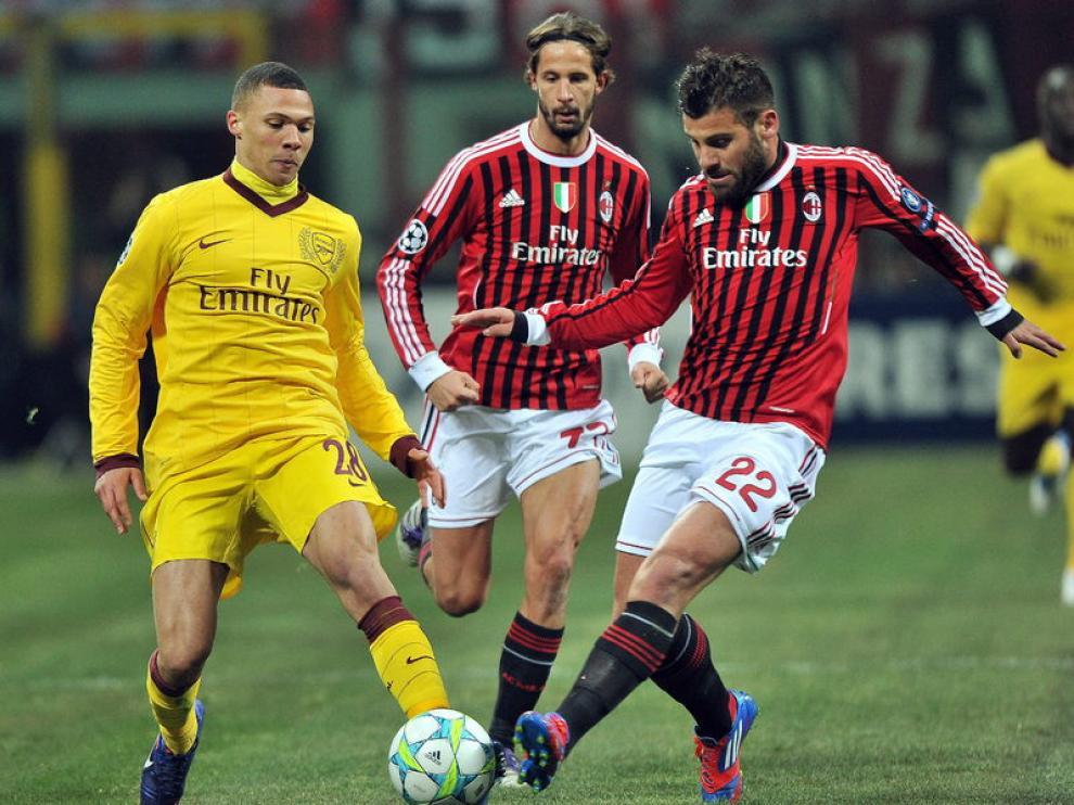 El jugador del Milán, Antonio Nocerino, disputa el balón con Kieran Gibbs, jugador del Arsenal.