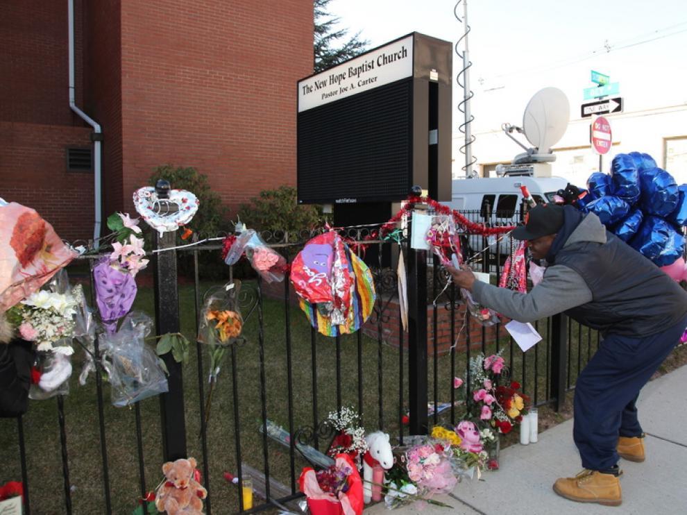 Los fans de la cantante la recuerdan con flores y dedicatorias.