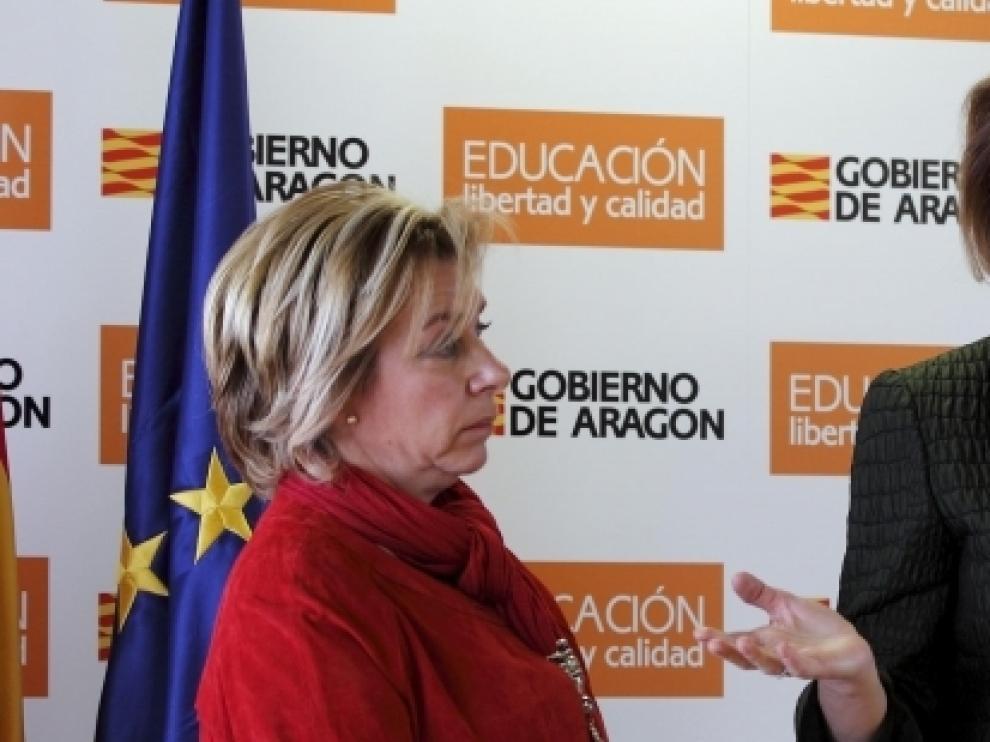 Dolores Serrat junto a la presidenta de Aragón