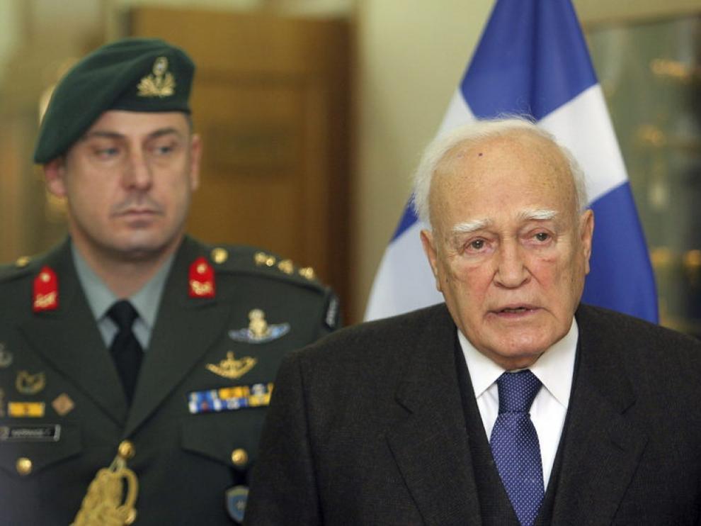 El presidente griego Kakolos Papoulias comparece ante los medios.