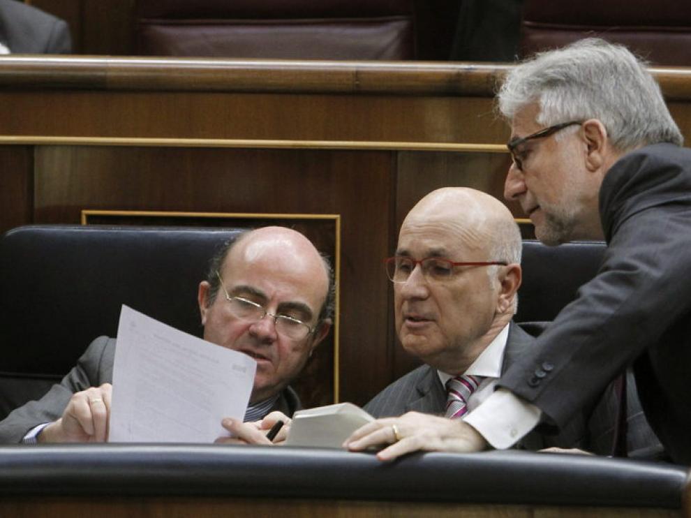 De Guindos (i), conversa con el portavoz de CiU Josep Antoni Duran y LLeida (c) y con el diputado de CiU Josep Sánche Llibre (d)