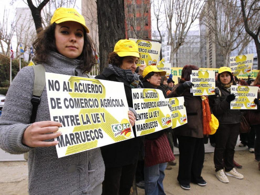 Agricultores españoles se manifiestan ante la sede de la Comisión Europea en Madrid.