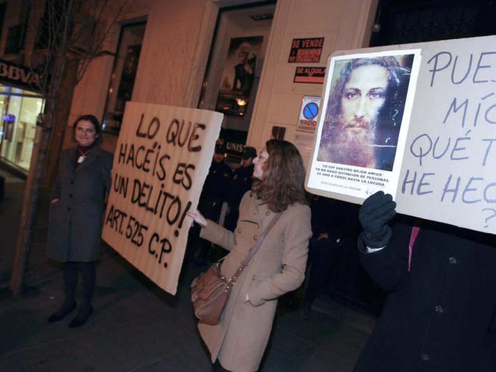 Estos son algunos de los lemas difundidos durante la protesta convocada frente a la Fresh Gallery de Madrid.