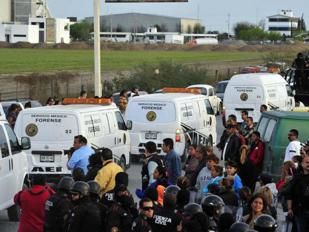 Los familiares de los presos se agolpaban a las puertas de la prisión esperando noticias
