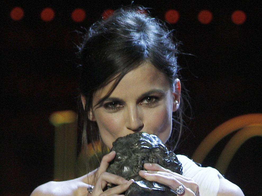 Elena Anaya con el Goya en sus manos.