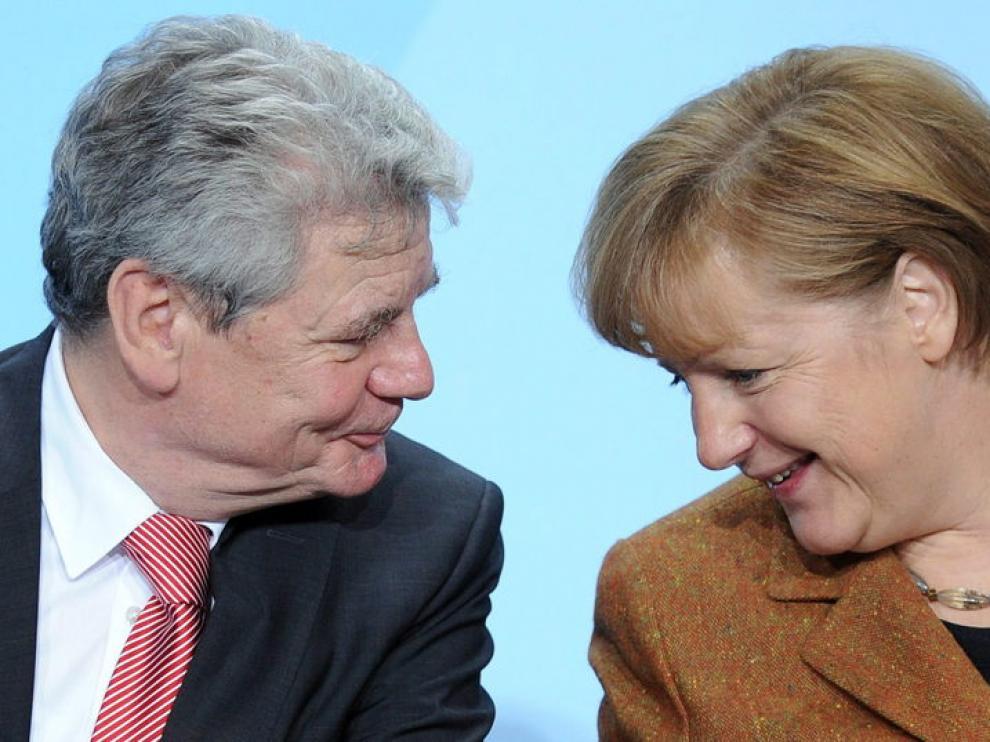 La canciller alemana, Angela Merkel, conversa con el pastor luterano, Joachim Gauck.