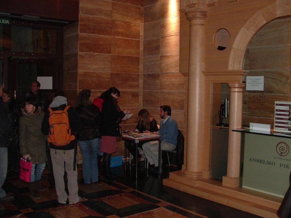 Los espectadores hacen cola en el vestíbulo del Teatro Olimpia antes de la proyección.
