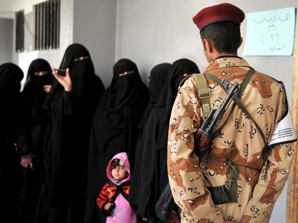 Los yemeníes hacen cola para votar