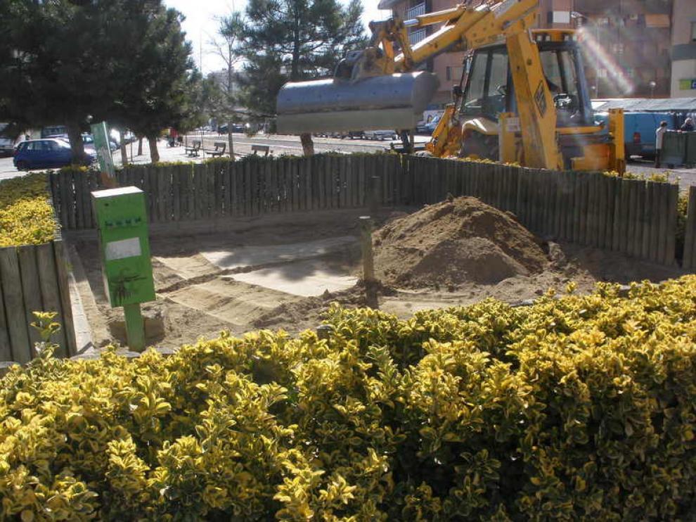 Proceso de limpieza del 'pipican' de la plaza Europa.