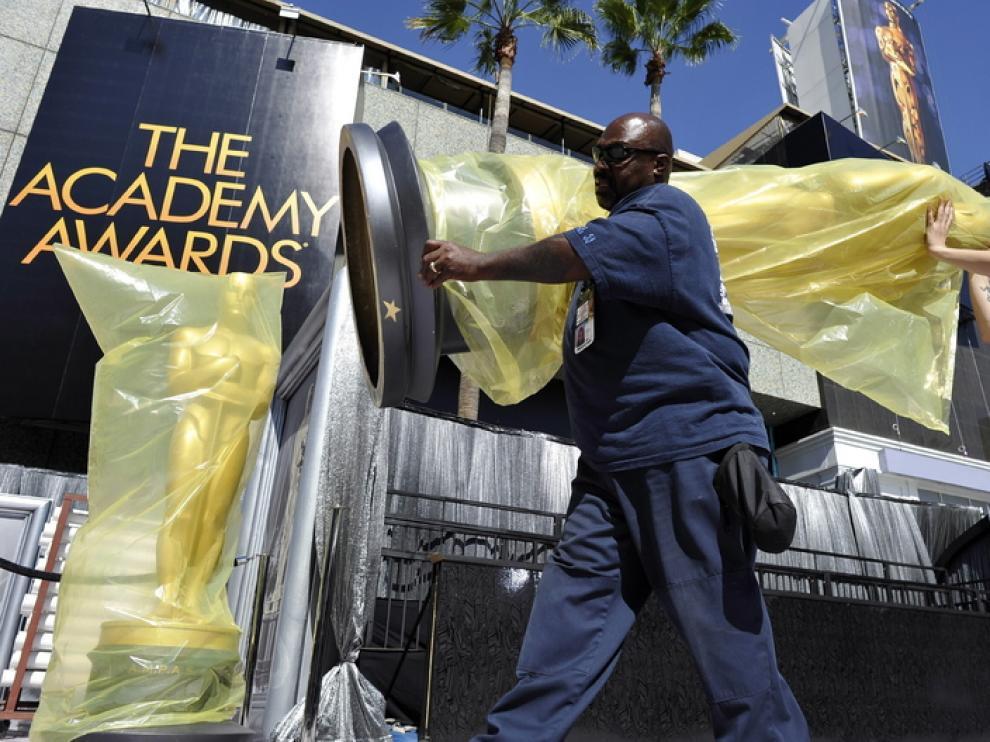 Continúan los preparativos horas antes de que dé comienzo la gala de los Oscar.