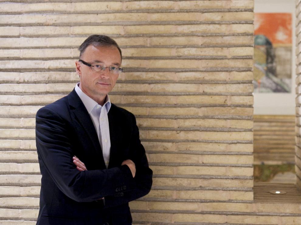 El embajador de Eslovaquia, Ján ?koda, en el hall del hotel Palafox