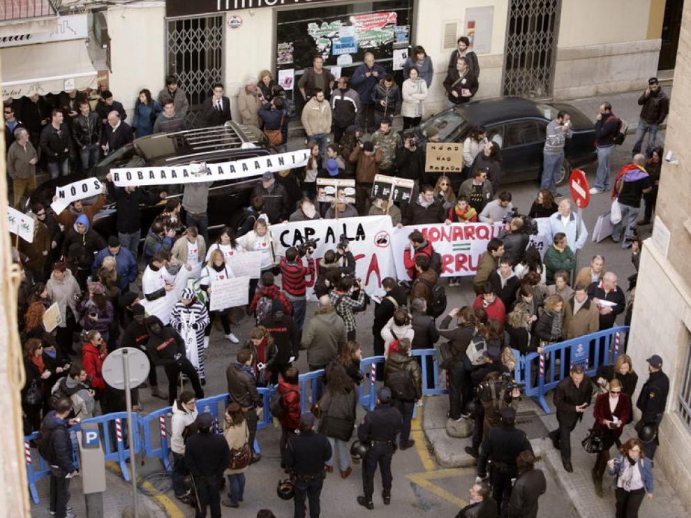 Asepcto de la entrada a los juzgados de Palma, a la espera de la llegada de Urdangarin