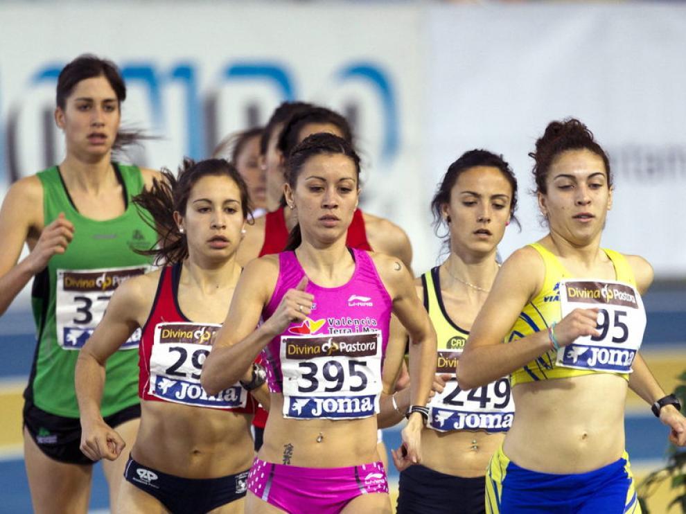 Isabel Macías (3d) durante la semifinal de los 1.500 metros disputada este sábado