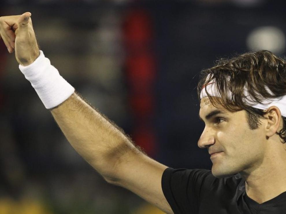 Federer celebra el triunfo ante el tenista Michael Llodra.