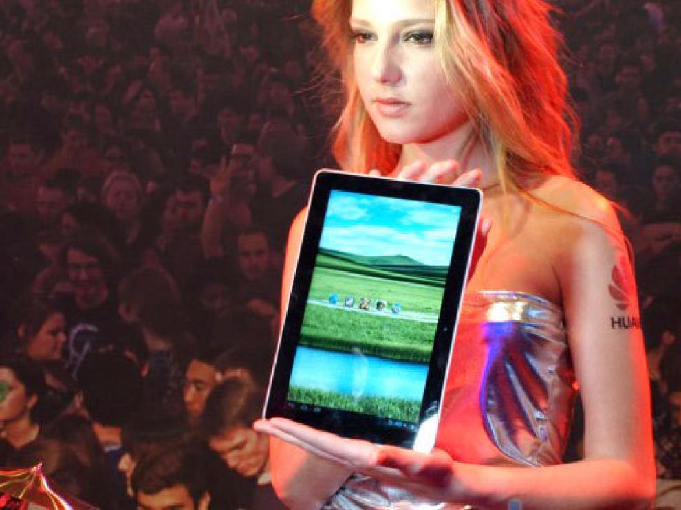 Una modelo muestra el nuevo Huawei MediaPad 10.