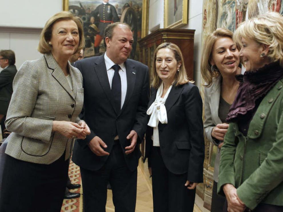 Monago rodeado de mujeres