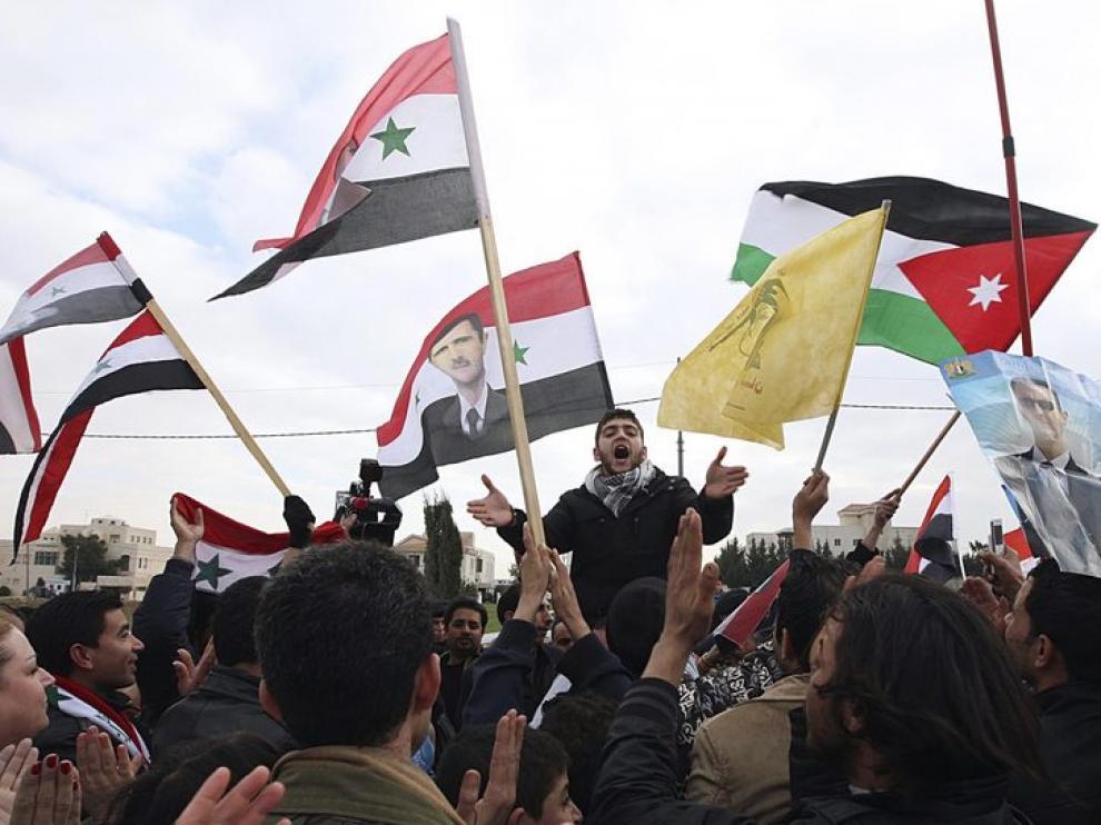 Sirios residentes en Jordania se manifiestan a favor del presidente sirio Bashar al-Assad