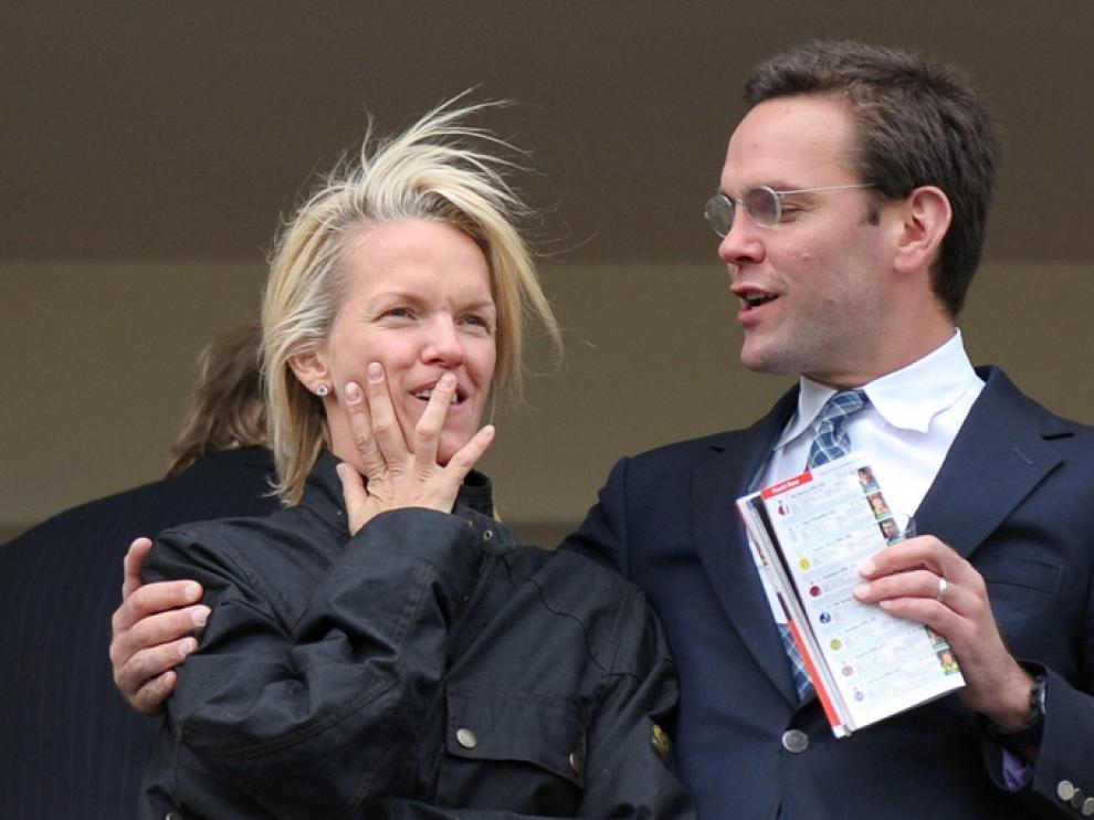 James Murdoch junto a su hermana