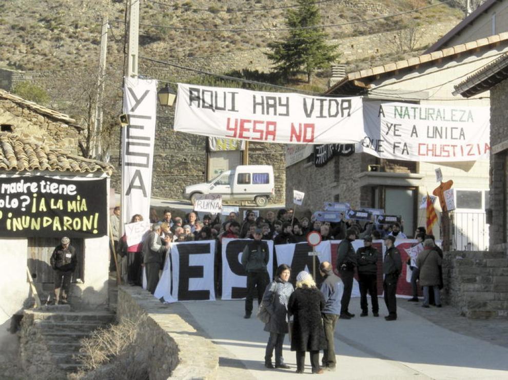 Protesta de los vecinos de Artieda contra las obras de Yesa