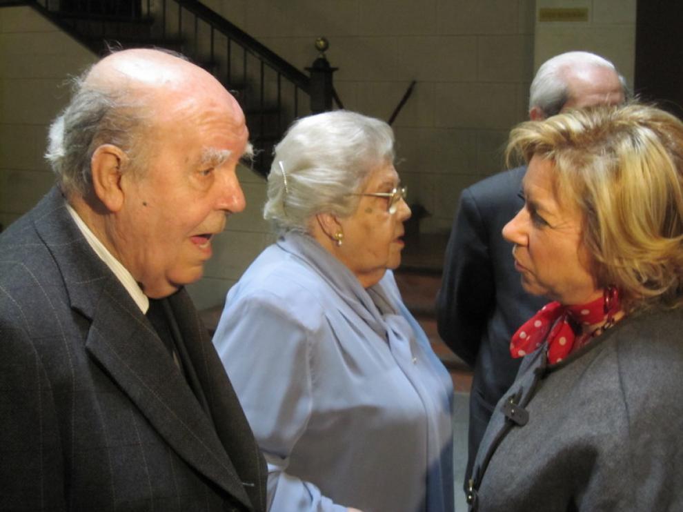 Representantes  de la familia Van de Viu y la consejera Dolores Serrat