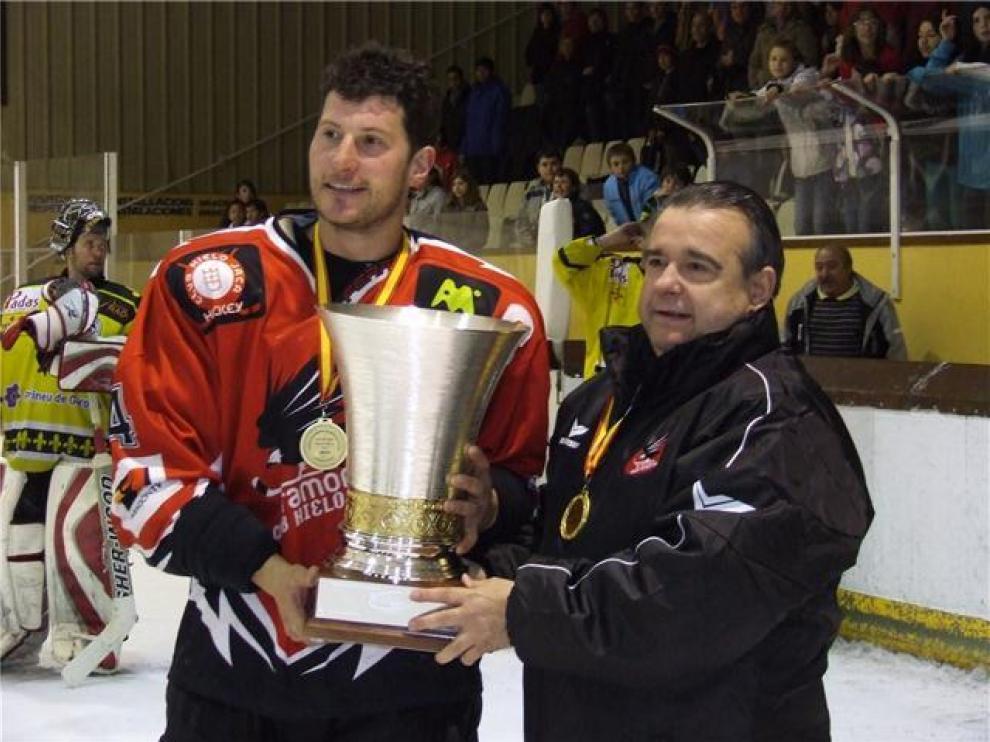 El trofeo de la Liga en manos del capitán, José Antonio Biec y el presidente, Francisco José Arbués