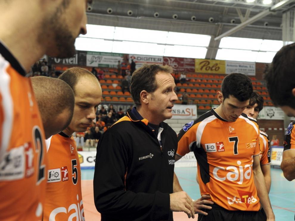 Óscar Novillo da indicaciones a los jugadores