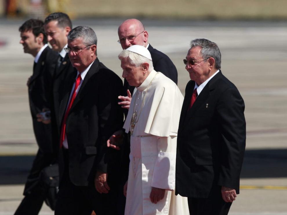 El presidente de Cuba, Raúl Castro, recibe al papa, Benedicto XVI.