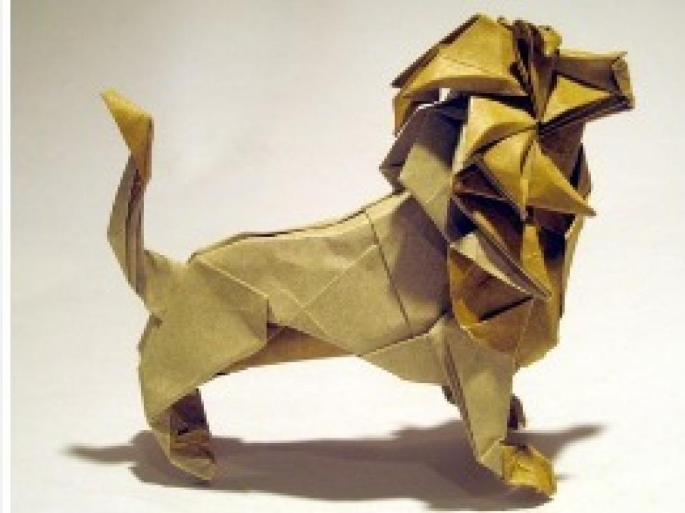 León hecho de papel