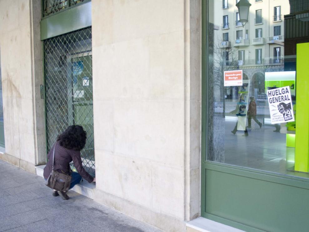 Una trabajadora abre una tienda en Zaragoza
