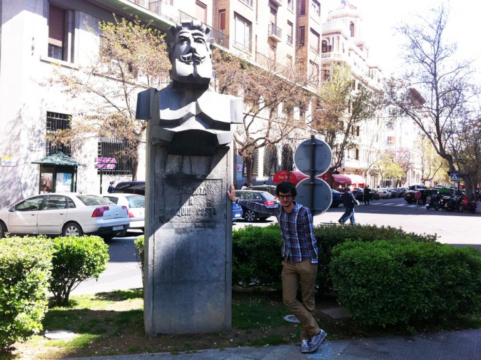 Javier, junto a un busto de Joaquín Costa