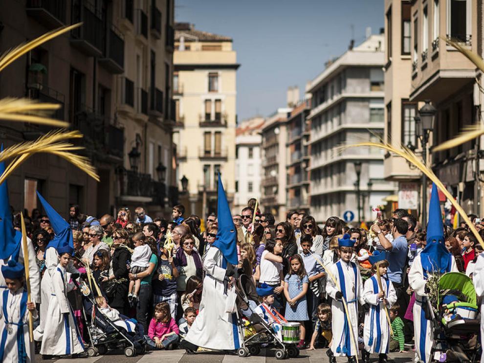 Miles de niños reciben a Jesús entre palmas