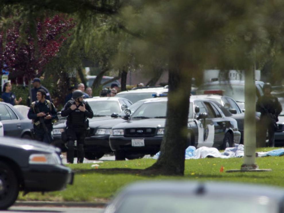 Los cuerpos del tiroteo yacen en el cesped de la universidad