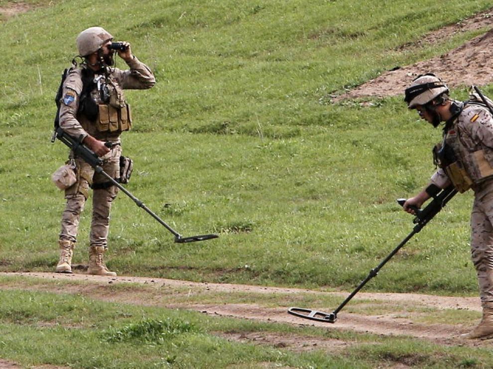 Militares españoles rastreando la zona