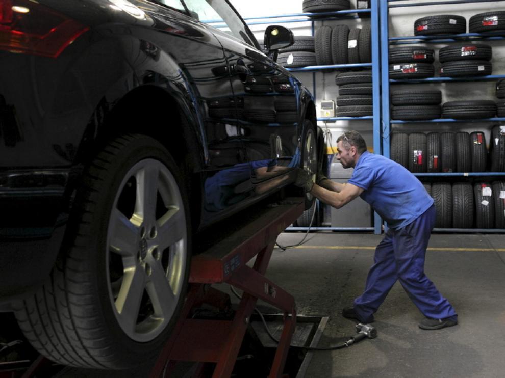 Un mecánico cambia las ruedas de un vehículo