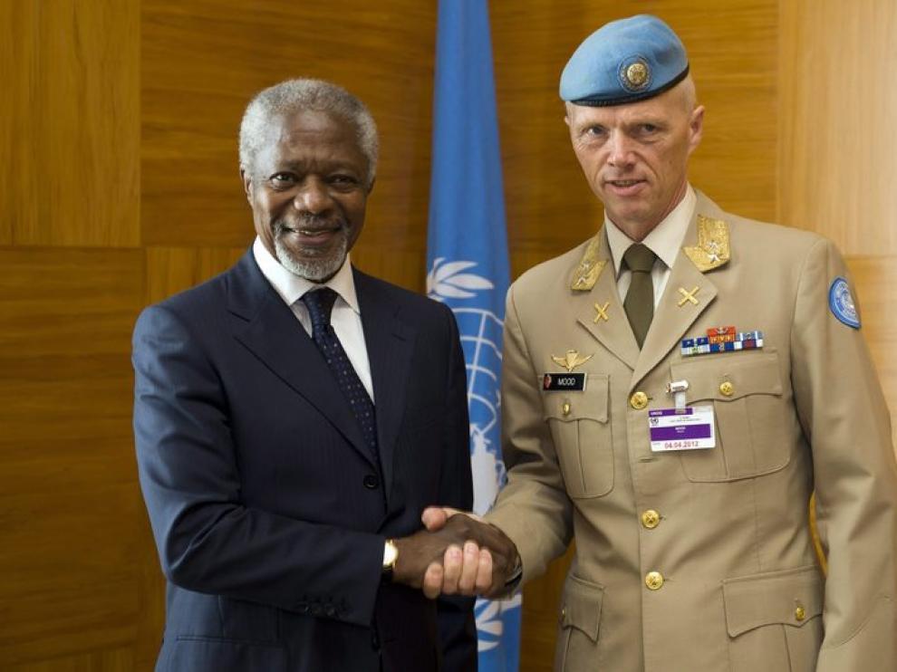 El enviado de la ONU para Siria Kofi Annan y el general noruego Robert Mood