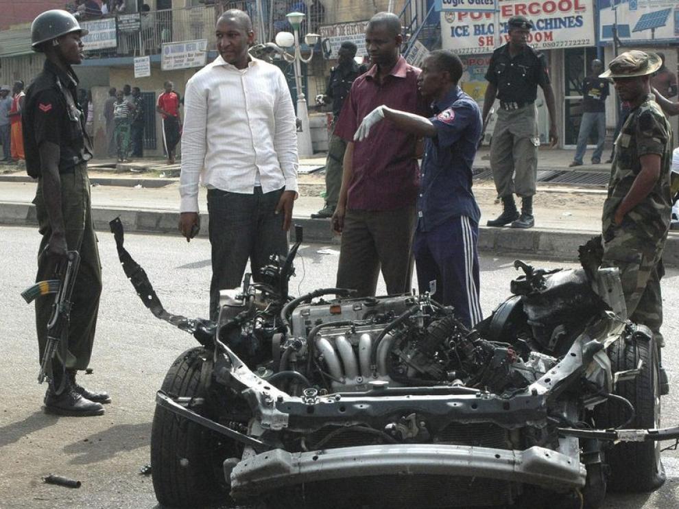 Un policía examina los restos del coche bomba