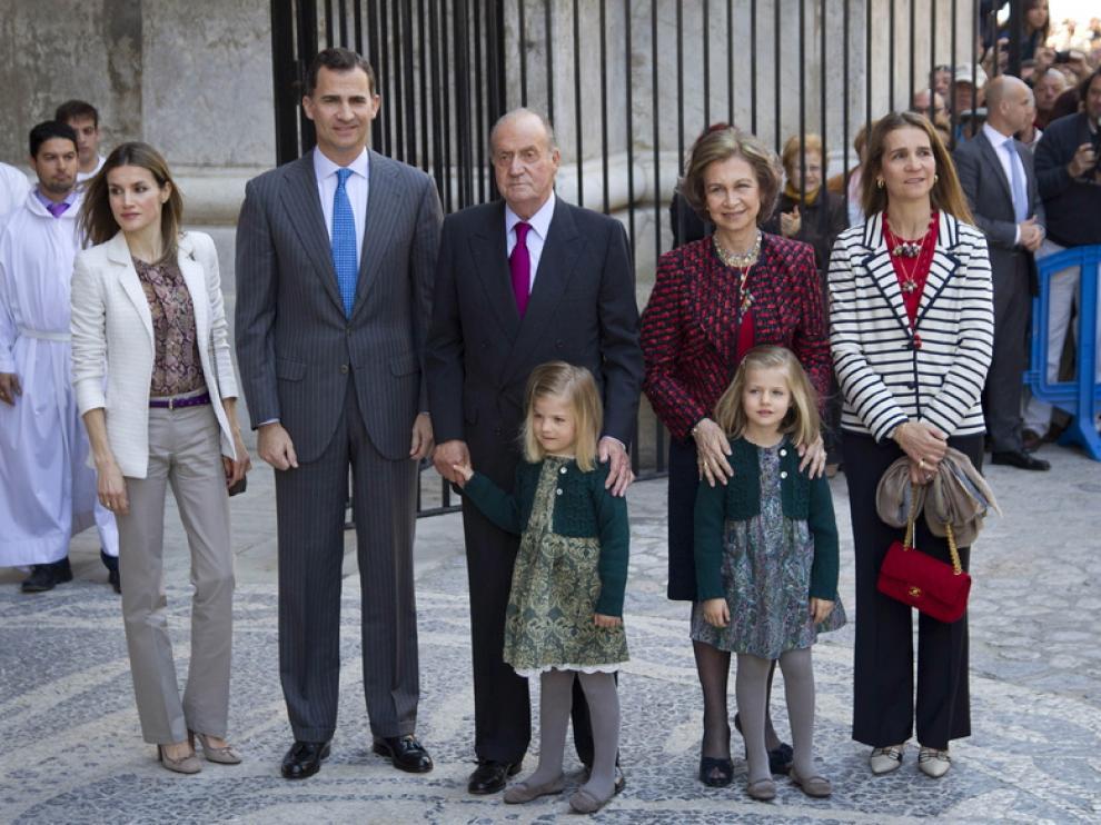 Los Reyes, los Príncipes y sus hijas y la infanta Elena, en la misa de Pascua en Palma