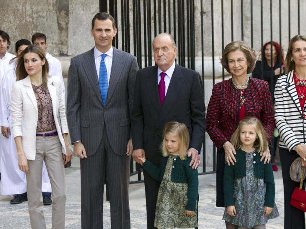 Los Reyes, los Príncipes y sus hijas, y la infanta Elena, a su llegada a la catedral de Palma