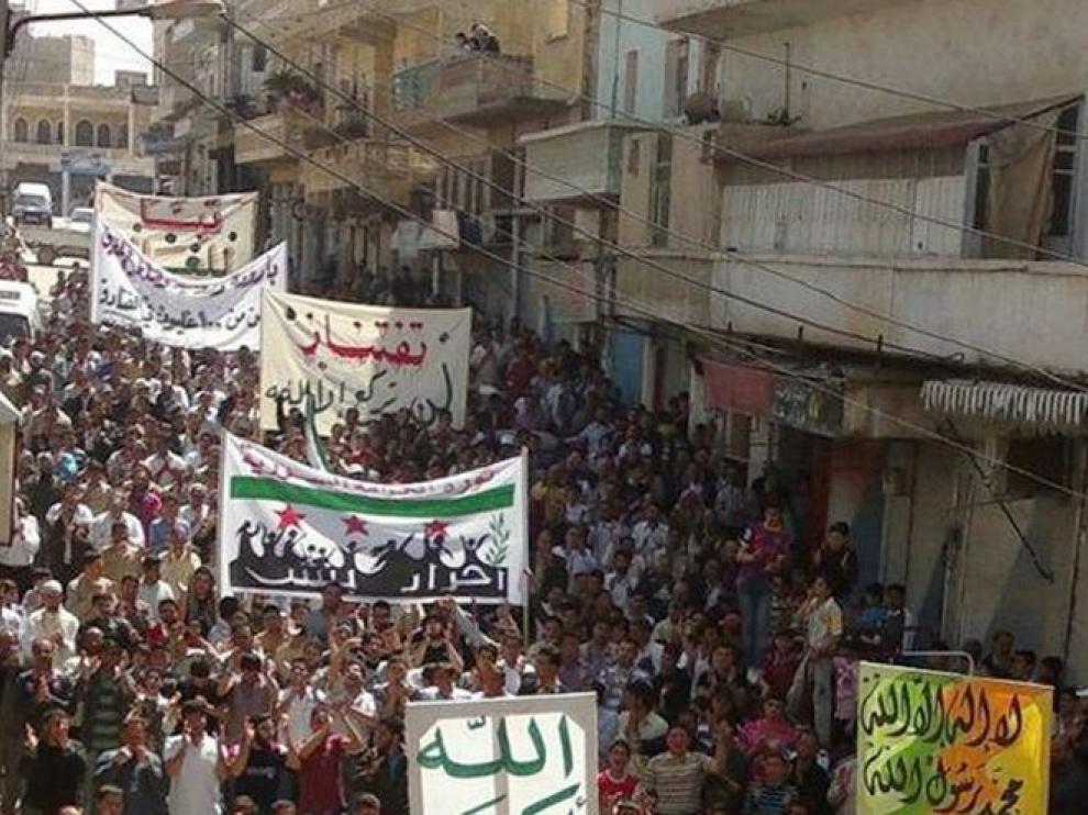 Multitud manifestándose en Siria contra el régimen