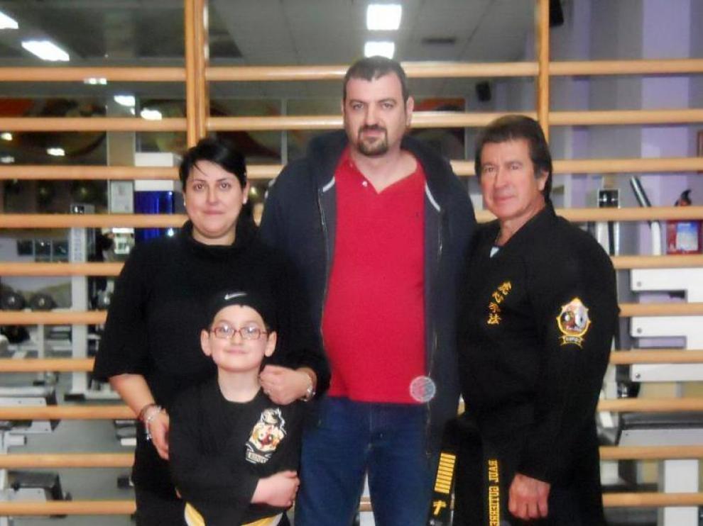 Ricardo y sus padres en el gimnasio