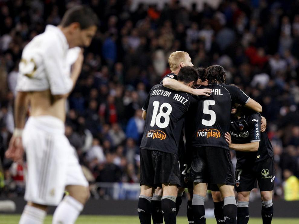 Los jugadores del Valencia se abrazan al final del partido, que terminó en empate.