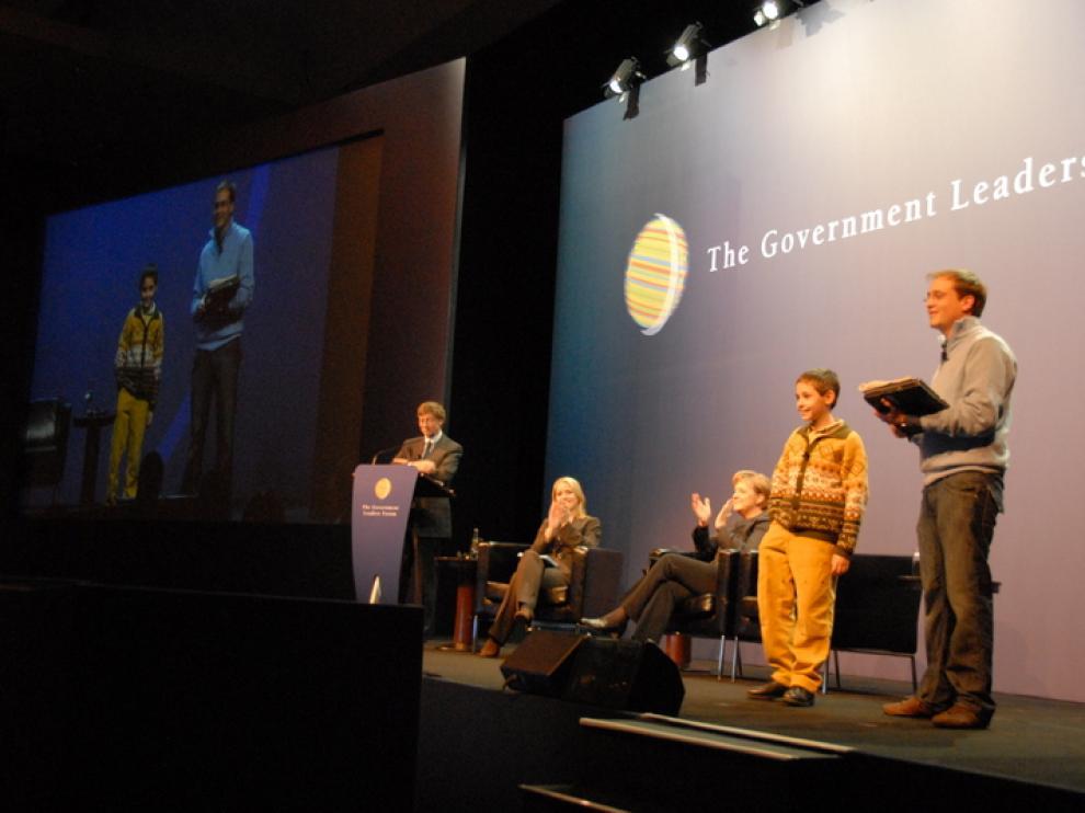 Alumnos de Ariño, con Bill Gates, en 2008