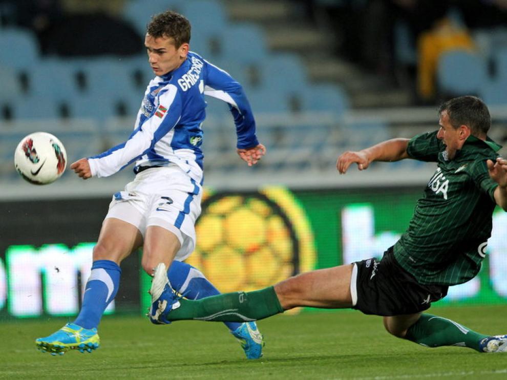El delantero de la Real Sociedad lucha por el balón con el jugador del Betis, Antonio Amaya.