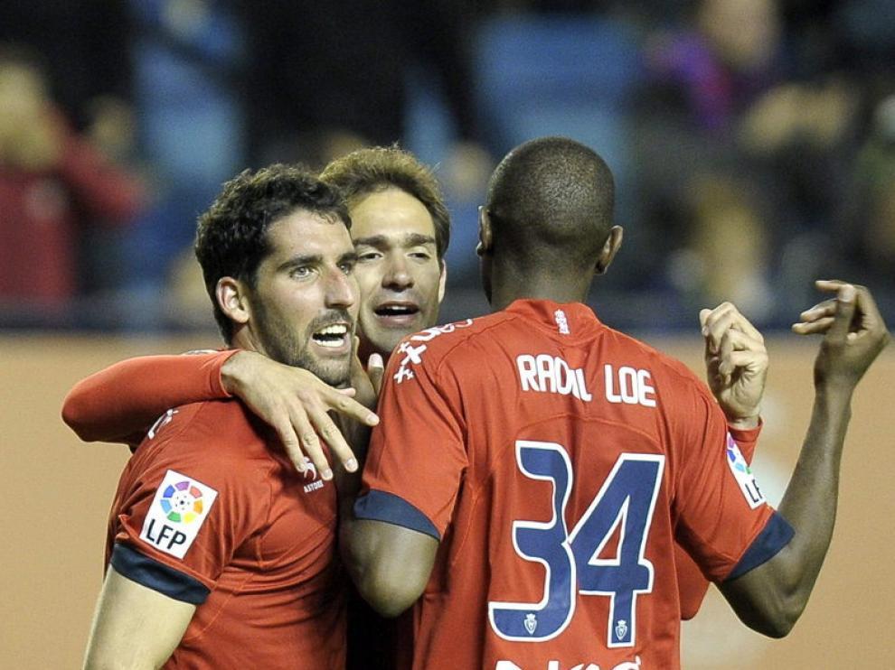 Los jugadores del Osasuna celebran el primer gol marcado.