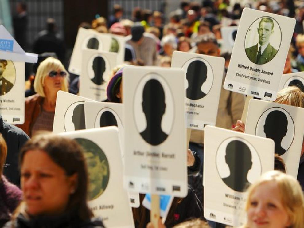Varios niños de una escuela de Southampton llevan pancartas con cada una de las víctimas del naufragio del Titanic