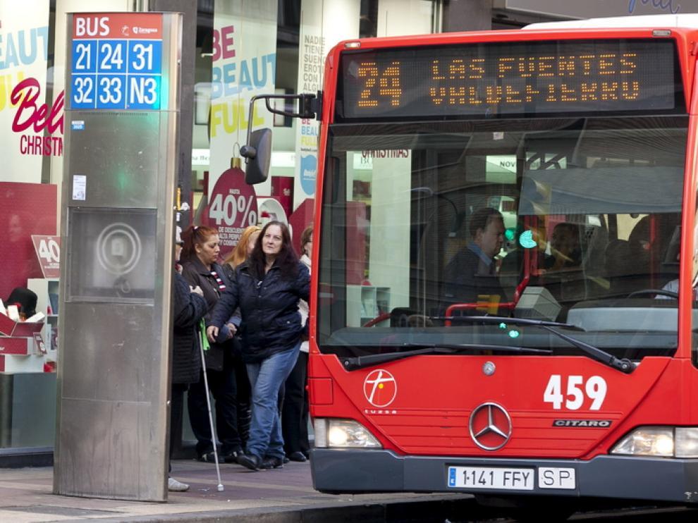 Un autobús urbano recorre las calles de Zaragoza