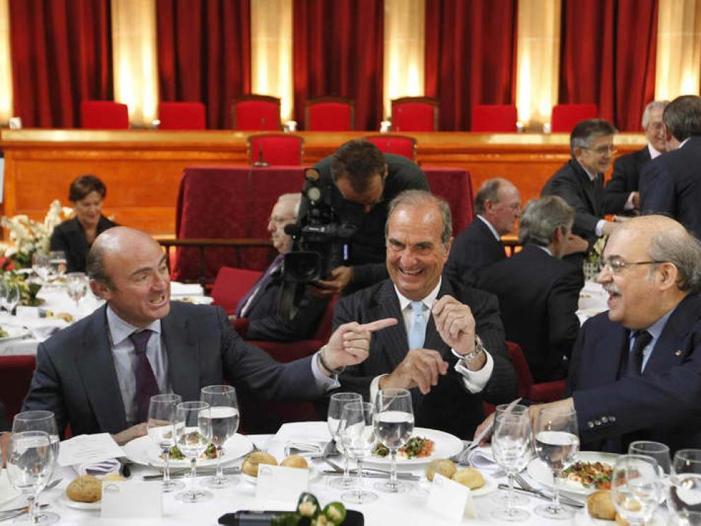 De Guindos (i), junto al presidente de Fomento del Trabajo (c), y el consejero catalán.