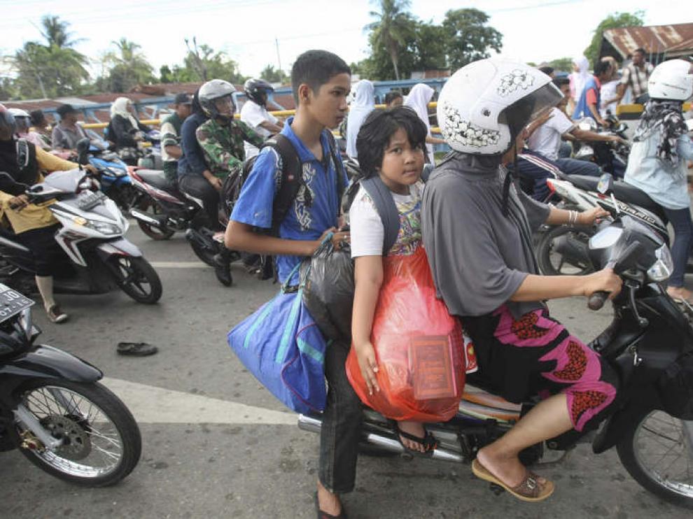 Residentes de Banda Aceh evacúan el lugar tras la alerta de tsunami