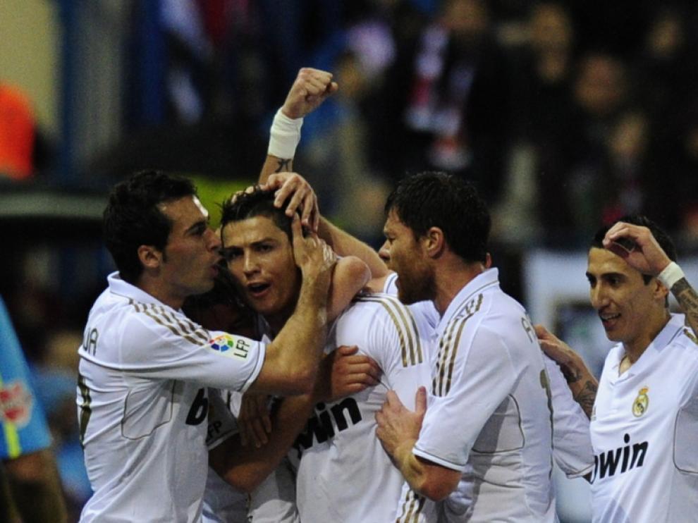 Los jugadores del Madrid celebran un gol durante el partido